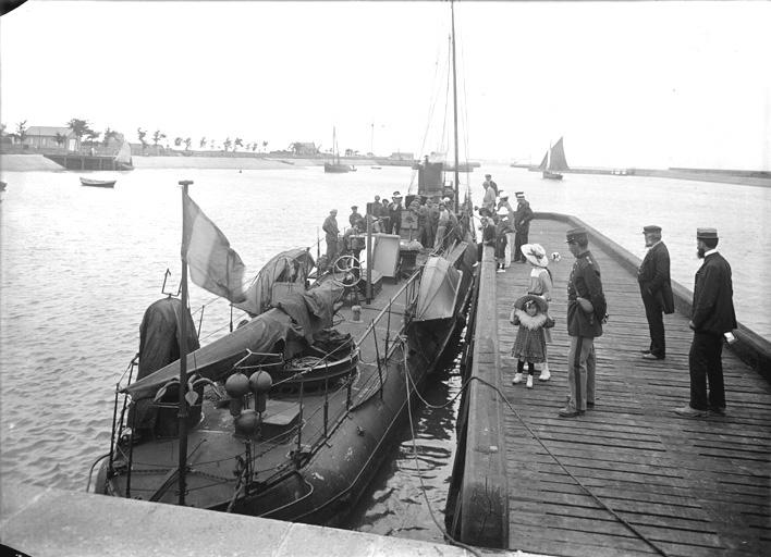 Sous-marin dans le port de Ouistreham
